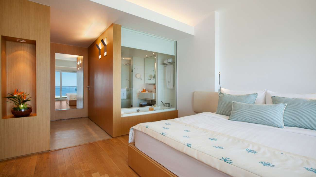 SetWidth1300-Executive-Suite-Bedroom.jpg
